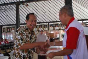 Wabup Sukento Ridho Marhandrianto menyerahkan piagam penghargaan kepada para pendonor sukarela dan sekolah terbaik penyelenggara donor darah  (1)