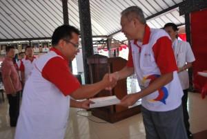 Wabup Sukento Ridho Marhandrianto menyerahkan piagam penghargaan kepada para pendonor sukarela dan sekolah terbaik penyelenggara donor darah  (2)