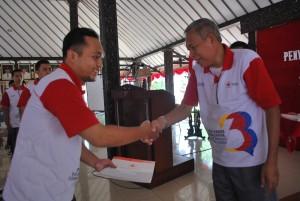 Wabup Sukento Ridho Marhandrianto menyerahkan piagam penghargaan kepada para pendonor sukarela dan sekolah terbaik penyelenggara donor darah  (3)