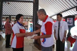 Wabup Sukento Ridho Marhandrianto menyerahkan piagam penghargaan kepada para pendonor sukarela dan sekolah terbaik penyelenggara donor darah  (4)